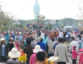 Hàng ngàn người đội nắng đi vía Phật Bà cầu may