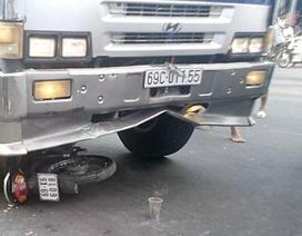 Điều khiển xe vượt đèn đỏ, 2 cha con bị thương vong