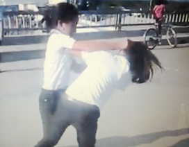 Phê bình lãnh đạo trường vì xử lý chậm vụ nữ sinh đánh nhau