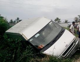 Ô tô chở 14 người bị rơi bánh, lao xuống ao cạn