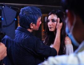 Người đẹp Huỳnh Bích Phương học cách… hôn trước đám đông