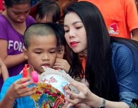 Trà Ngọc Hằng tặng lồng đèn cho trẻ em ung thư