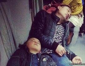 """Hình ảnh người dân Trung Quốc """"vật lộn"""" để về quê ngày giáp Tết"""