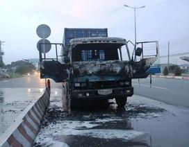Xe đầu kéo container cháy dữ dội ở cửa ngõ Sài Gòn