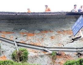 Cầu vượt Thủ Đức sạt lở nghiêm trọng do mưa lớn kéo dài?
