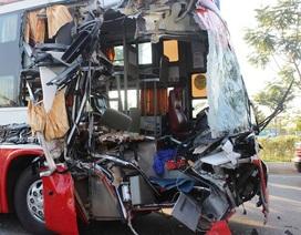 Xe khách tông xe container, hàng chục người hoảng loạn lao xuống đường