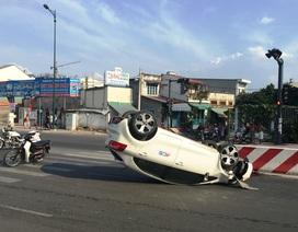 4 người kêu cứu trong ô tô lật ngửa giữa đường