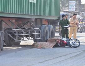 Chồng kêu gào thảm thiết bên thi thể vợ dưới bánh xe container