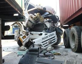 Tai nạn liên hoàn, tài xế kẹt cứng trong cabin bẹp rúm