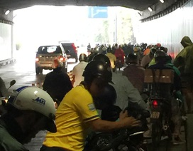 Hàng trăm người dừng trú mưa, cửa hầm Thủ Thiêm ách tắc