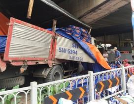 Xe tải lao vào gầm cầu vượt để tránh gây thảm họa