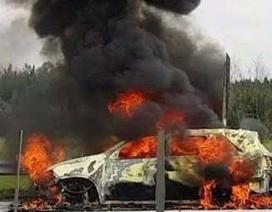 Ô tô đang chạy bất ngờ cháy rụi