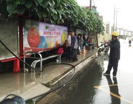 Sét đánh đứt dây điện nơi hàng chục người đang trú mưa