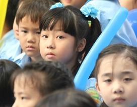 Xúc động hình ảnh học sinh lớp 1 lần đầu dự lễ chào cờ, hát Quốc ca
