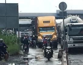 """Thót tim cảnh xe tải, xe container """"chèn ép"""" xe máy để thoát ùn tắc"""