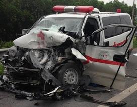 Xe cứu thương nát bét đầu, tài xế tử nạn, 4 người trọng thương