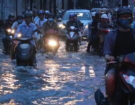 Người dân Sài Gòn lại khốn đốn vì ngập nước, kẹt xe