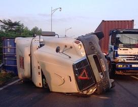 Cả dòng xe phải chạy ngược chiều trên cao tốc vì xe container lật