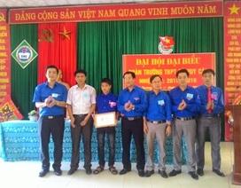 Trao tặng huy hiệu Tuổi trẻ dũng cảm cho học sinh cứu người trong lũ