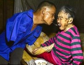 Cảm động người đàn ông không tay đút ăn cho mẹ bằng miệng