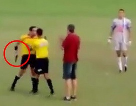 Trọng tài bóng đá gây sốc khi... rút súng dọa cầu thủ ngay giữa sân