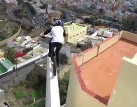 Thót tim với màn đạp xe mạo hiểm trên mái nhà