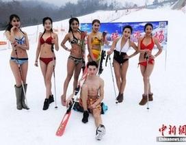 """Thuê """"chân dài"""" mặc bikini trượt tuyết để quảng cáo khu resort"""