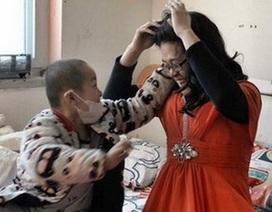 Cha giả gái đi bán hoa để kiếm tiền chữa bệnh ung thư cho con