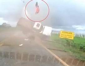 Văng cao sau tai nạn, hành khách may mắn sống sót