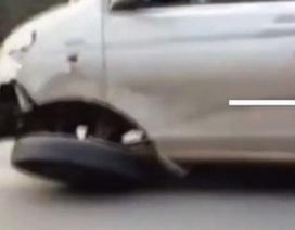 Xe khách vẫn chạy trên đường dù bánh trước bị gãy