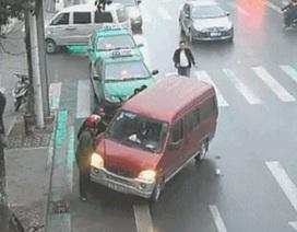 Người đi đường chung sức nhấc xe ô tô cứu cô gái mắc kẹt