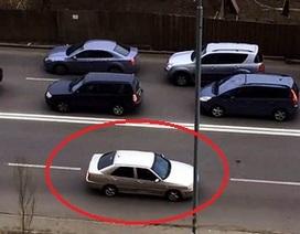 """Một """"sáng kiến"""" tránh tắc đường cực kỳ nguy hiểm"""