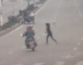 Bị xe máy đâm vì đi bộ sang đường sai