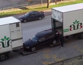Cách đưa xe con lên thùng xe tải vô cùng sáng tạo