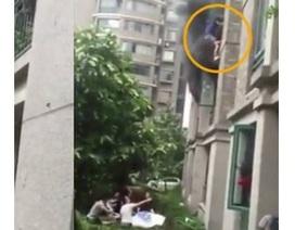 Thót tim khoảnh khắc cha thả con từ tầng 3 căn hộ đang cháy
