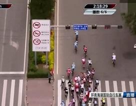 Người đi bộ vô ý thức gây tai nạn nghiêm trọng cho đoàn đua xe đạp