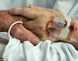 Xúc động hình ảnh hai vợ chồng già nắm tay nhau khi qua đời cùng ngày