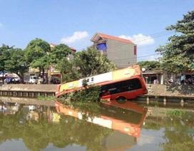 Xe giường nằm lao xuống sông, 7 người thoát chết