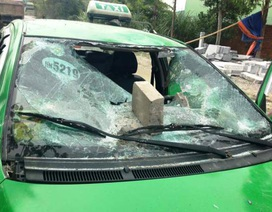 Dân đập nát xe taxi vì chở côn đồ vào làng đánh người