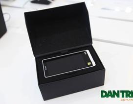 Đập hộp máy nghe nhạc có khung kim loại bọc da, giá 12,9 triệu đồng