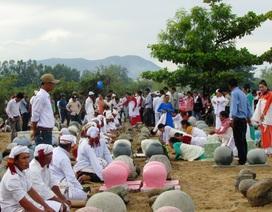 Đồng bào Chăm đi tảo mộ đầu năm Tết Ramưwan