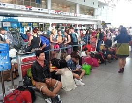 Hàng trăm hành khách vật vờ ở sân bay vì bão số 3