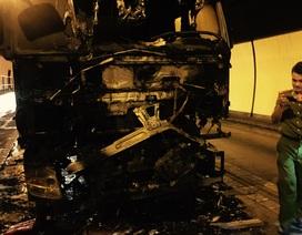 Xe tải tự bốc cháy khi đang chạy trong hầm Hải Vân