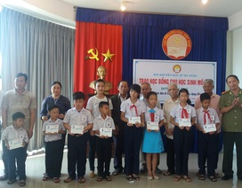 Đà Nẵng: Trao sổ tiết kiệm cho 30 học sinh mồ côi