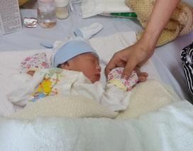 Giây phút vỡ òa hạnh phúc đón bé trai chào đời ở độ cao 10.000m