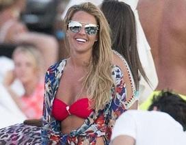 Người đẹp Danielle Lloyd khoe dáng với bikini đỏ chót