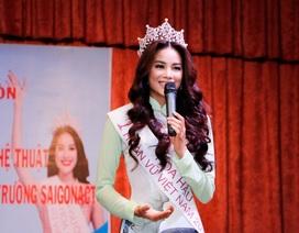 Hoa hậu Phạm Hương xúc động khi về thăm trường
