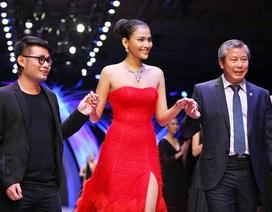 Á hậu Trương Thị May nổi bật trên sàn catwalk