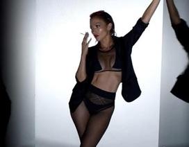 """Jennifer Lopez hở bạo trên tạp chí nhưng vẫn tự nhận là """"gái ngoan"""""""