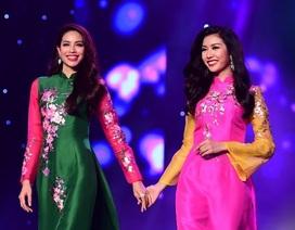 Phạm Hương, Thúy Vân nắm tay nhau thân thiết trên sàn diễn